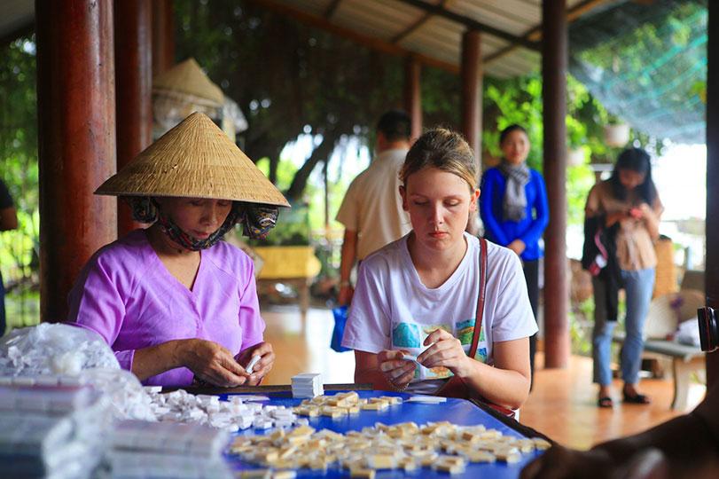 Học làm kẹo dừa – trải nghiệm thú vị khi du lịch Bến Tre
